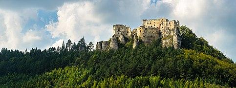Lietavský hrad-východná strana.jpg