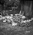 Lončena roba, pripravljena za na voz (v Mokronog bodo šli na živinski sejem), Ivan Lešnjak, lončar, Groblje 36 1952 (2).jpg