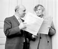Louis Krasner (1903–1995) und Helene Berg (1885–1976) mit der Partitur des Violinkonzerts (1961) OeNB 657332.png