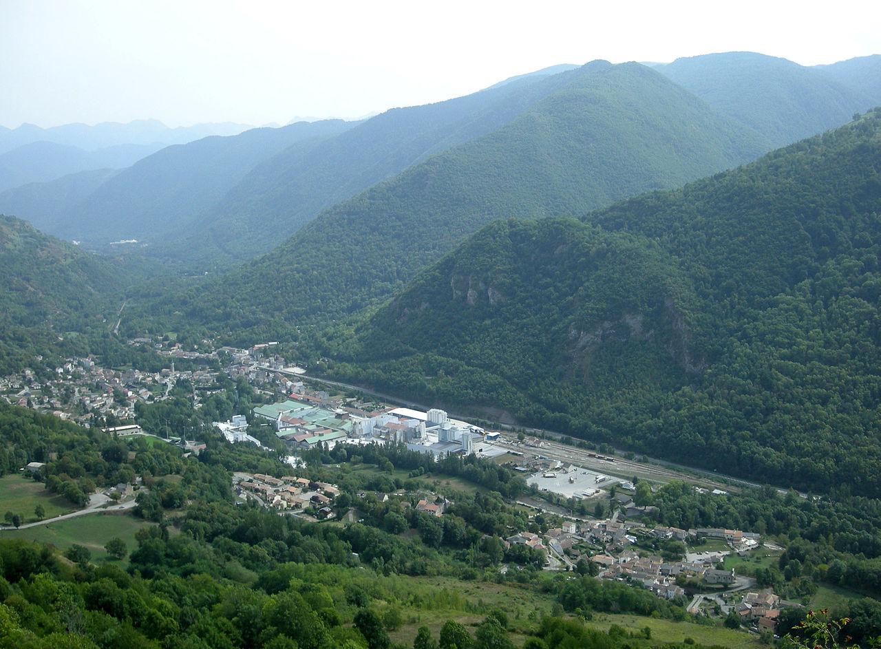 Vue sur Luzenac depuis le château de Lordat (au centre, l'usine de talc).