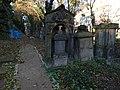 Malostranský hřbitov, náhrobky jihozápadně od kostela.jpg