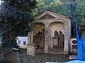Malostranský hřbitov, náhrobky ve výklencích.jpg