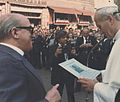 Mario Voltolina consegna al Papa copia della partitura Madonno Czarna.jpg