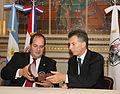 Mauricio Macri firma convenio con el Alcalde de Asunción del Paraguay (6482914963).jpg
