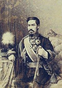 明治天皇の最も有名な御真影。エドアルド・キヨッソーネによって描かれたコンテ画を丸木利陽が写真撮影したもの(1888年〈明治21年〉1月)。