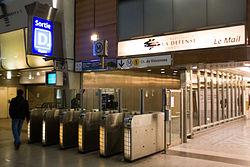 Metro L1 Grande-Arche IMG 5570.jpg