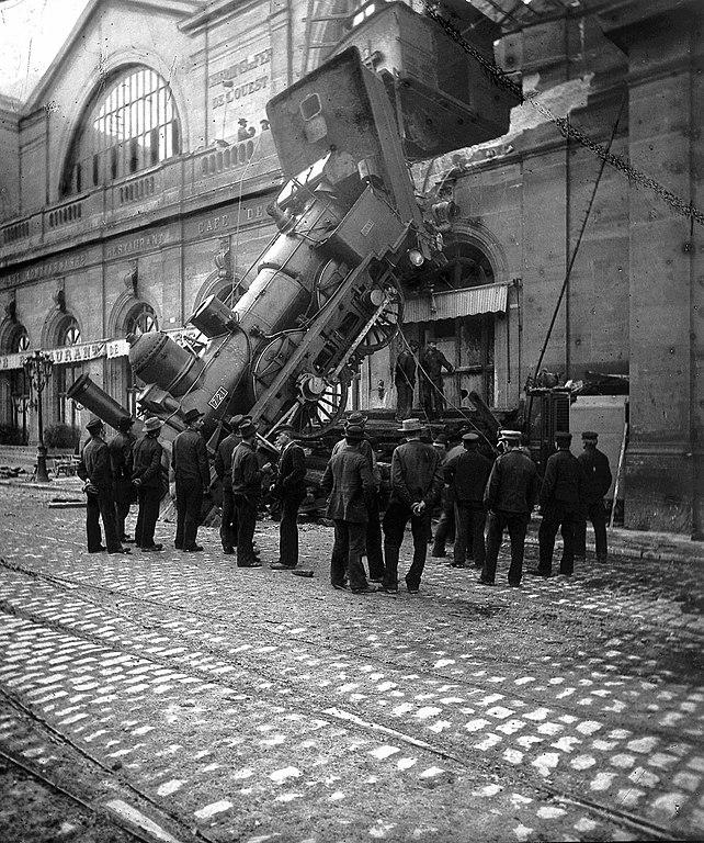 Curiosos, visitando la escena del accidente de la estación de Montparnasse.