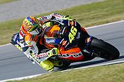 Valentino Rossi con abbigliamento Dainese e casco AGV durante una gara di MotoGP