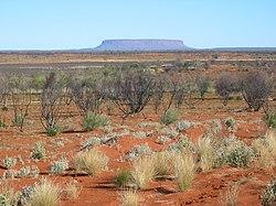 Vista das planícies de areia e salinas até o Monte Conner, na Austrália Central