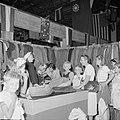 Nederlandse repatrianten krijgen kleding uitgereikt in het kledingcentrum in Ata, Bestanddeelnr 255-6848.jpg