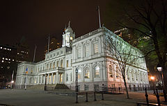 http://upload.wikimedia.org/wikipedia/commons/thumb/6/6b/New_York_City_Hall_at_night.jpg/240px-New_York_City_Hall_at_night.jpg