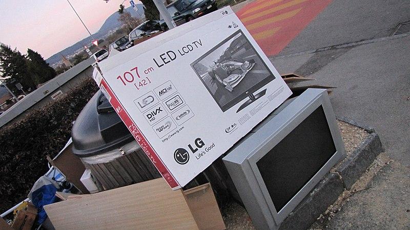 Une télévision cathodique se retrouve aux déchets avec l'emballage d'une TV LCD qui l'a remplacée. Source : Martouf/Wikipédia