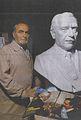 Orio Dal Porto con su obra, busto de Raúl Alfonsin.jpg