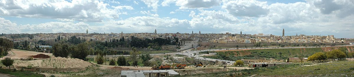 מראה מהעיר החדשה לעבר העיר העתיקה של מקנס. ואדי בופקראן בחזית התמונה