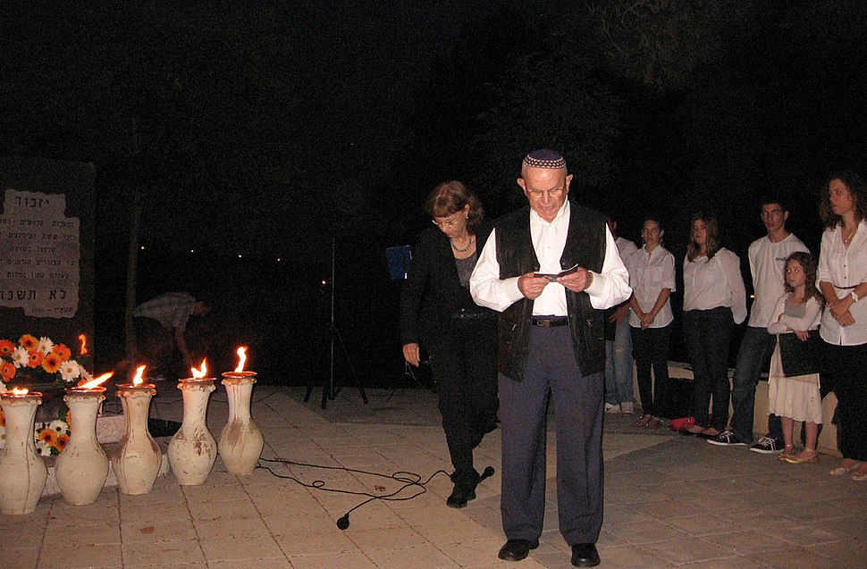 PikiWiki Israel 12978 Holocaust survivor in Holocaust Day ceremony