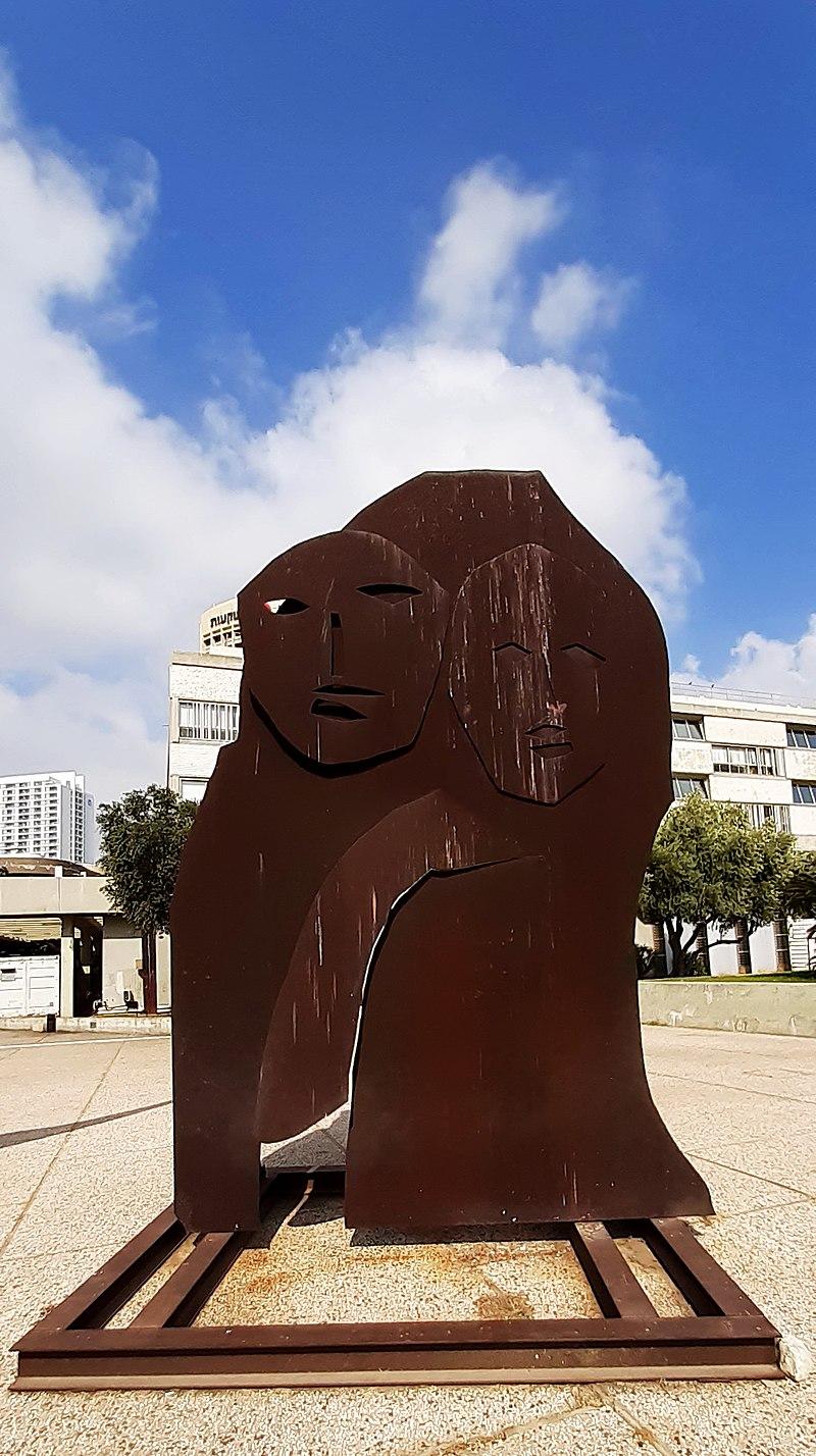 פסל ברחבת מוזיאון תל אביב