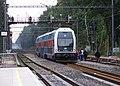 Praha-Klánovice, vlak u provizorního nástupiště.jpg