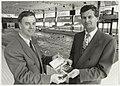 Presentatie jaarboek Haerlem 1991 aan wethouder P. Schouten door W.J. van Luyken, voorzitter vereniging Haerlem in de zwemzaal van het Sportfondsenbad, ziende naar het zuidoosten. NL-HlmNHA 54037590.jpg