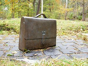 English: Raoul Wallenbergs briefcase in bronze...