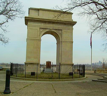 Rosedale Arch, a replica of the Arc de Triomphe, at the top of Memorial Drive (39deg3'49.8''N 94deg36'54.2''W / 39.063833degN 94.615056degW / 39.063833; -94.615056 (Rosedale arch)). RosedaleArchKCK.png