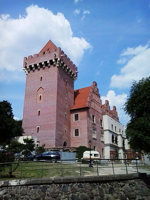 https://upload.wikimedia.org/wikipedia/commons/thumb/6/6b/Royal_Castle_of_Poznan%2C_2013r..jpg/480px-Royal_Castle_of_Poznan%2C_2013r..jpg