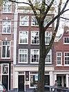 foto van Huis, vanwege de zandstenen afdekkingen van de klokvormige geveltop