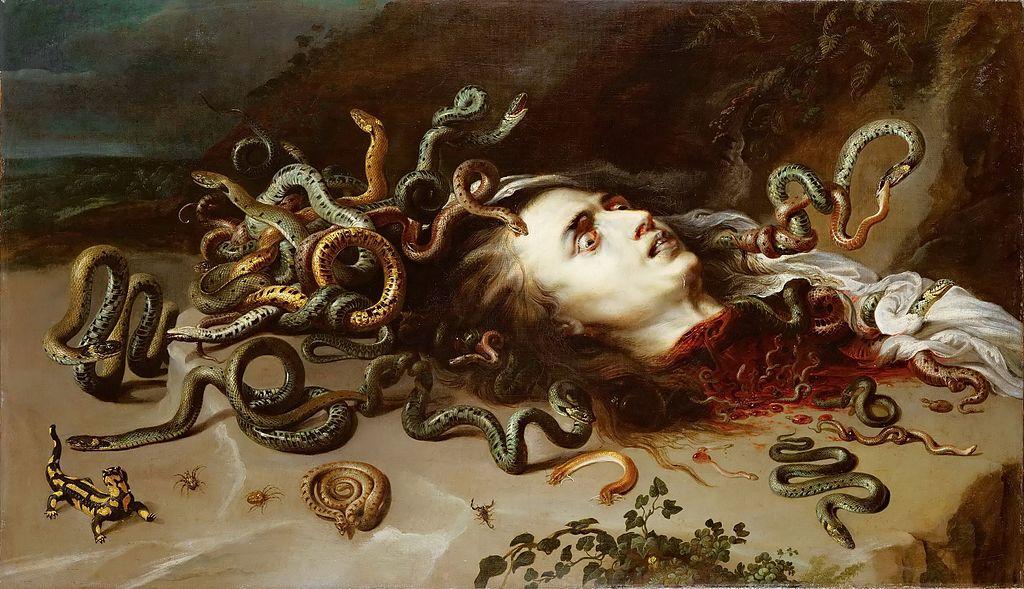 Sur le sol, tête décapitée grouillant de serpents qui s'entretuent. Le sang coule encore de la gorge. Le visage est blême, les yeux vitreux.