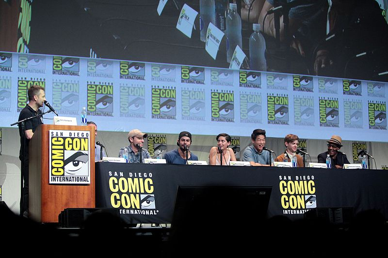 קובץ:SDCC 2015 - Chris Hardwick, James Dashner, Wes Ball, Dylan O'Brien, Rosa Salazar, Ki Hong Lee & Giancarlo Esposito (19713126556).jpg