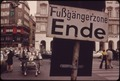 SIGN ANNOUNCES THE END OF KOHLMARKT STREET'S FUBGANGERZONE (PEDESTRIAN-ONLY ZONE). TO REDUCE TRAFFIC CONGESTION AND... - NARA - 549647.tif