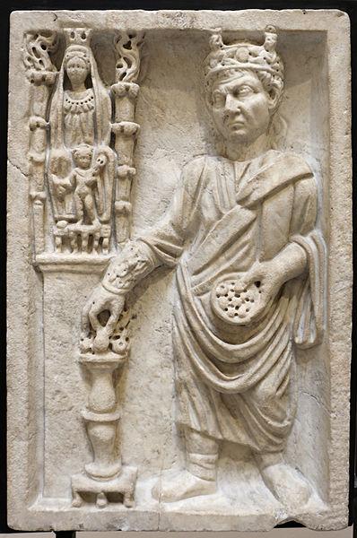 File:Sacerdote che sacrifica a cibele (archigallo), III sec, dalla necropoli di porta all'isola sacra.JPG
