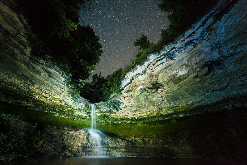 File:Saharna, cascada noaptea.jpg