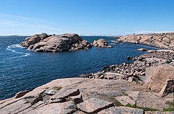 Stångehuvud red granite cliffs 07.jpg