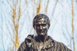 פסל של ז'אן ז'אק רוסו
