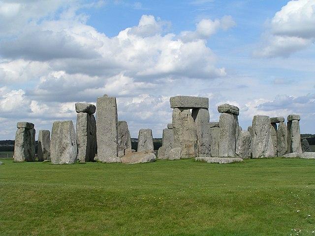 https://upload.wikimedia.org/wikipedia/commons/thumb/6/6b/Stonehenge_Total.jpg/640px-Stonehenge_Total.jpg