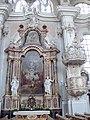 Toblach - Pfarrkirche - Seitenaltar mit Rokokokanzel.jpg