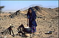 Tuareškinja priprema cuscus na Hogarru. 1985..jpg