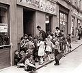 Učenci pred slaščičarno Zvezda v Gosposki ulici 1960.jpg