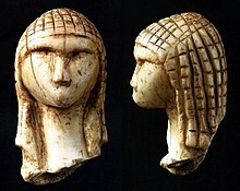 La Dame de Brassempouy Source: Wikipedia. Il semblerait qu'elle porte un filet