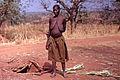 Village Bozo, Mopti, Mali. Une femme Bozo près de son habitation souterraine. Date du cliché 26-12-1972.jpg
