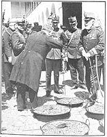 Visita del rey á los cuarteles de Valencia, de Campúa.jpg
