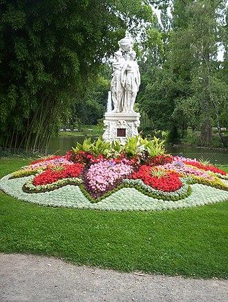 Jardin des Plantes du Mans - Statue with plantings