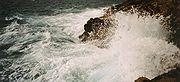El que ha naufragado teme a la mar aún calmado