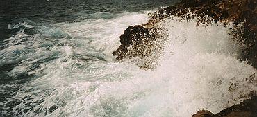 Κύματα της Μεσογείου κοντά στη Νίκαια (Γαλλία) της Γαλλίας