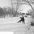 Witte kerst, sleetje rijden op het kopje van Bloemendaal, Bestanddeelnr 917-2754.jpg
