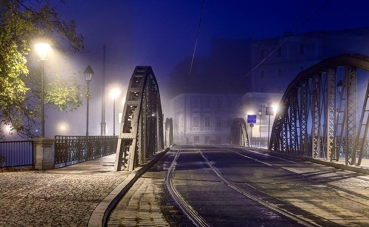 Wroclaw Most Mlynski w porannej mgle przed switem.jpg