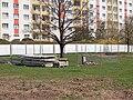 Červený vrch, stavba metra, pomník v záboru.jpg