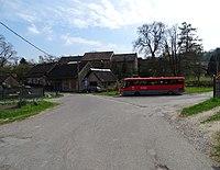 Řepčice (VP), náves s autobusem, čp. 7 a 6 (01).jpg