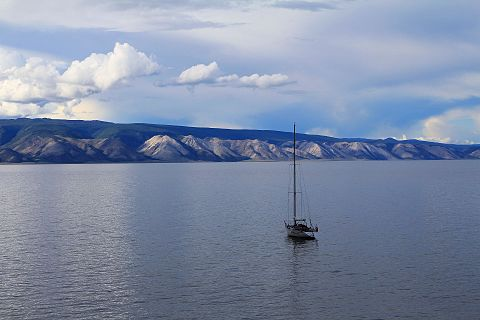 The Primorsky Range rising above the western shores of Lake Baikal. Mesto shamana 06.jpg