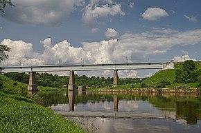 Река Мста и деревня Мстинский Мост, Новгородская область.jpg