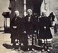 Тры замужнія жанчыны ў святочным адзенні. 1910, в. В. Чучавічы.jpg
